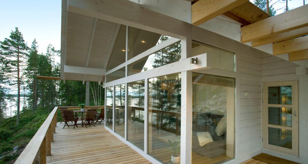 Polar 33 huvilan terassi ja moderni lasitus